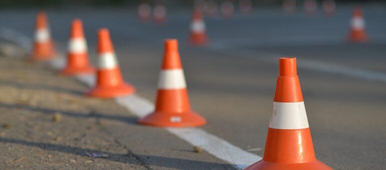 plots de chantier placés sur une route